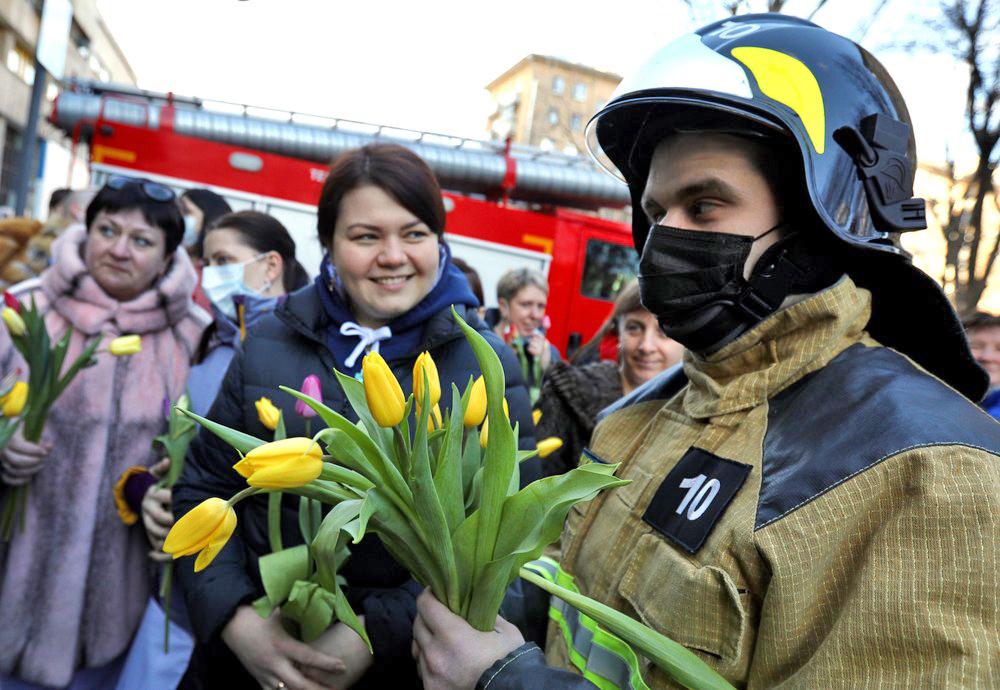 Пожарные поздравляют женщин с 8 марта