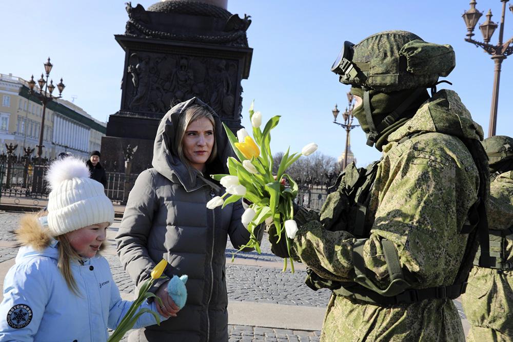 Военнослужащие поздравляют женщин с 8 Марта