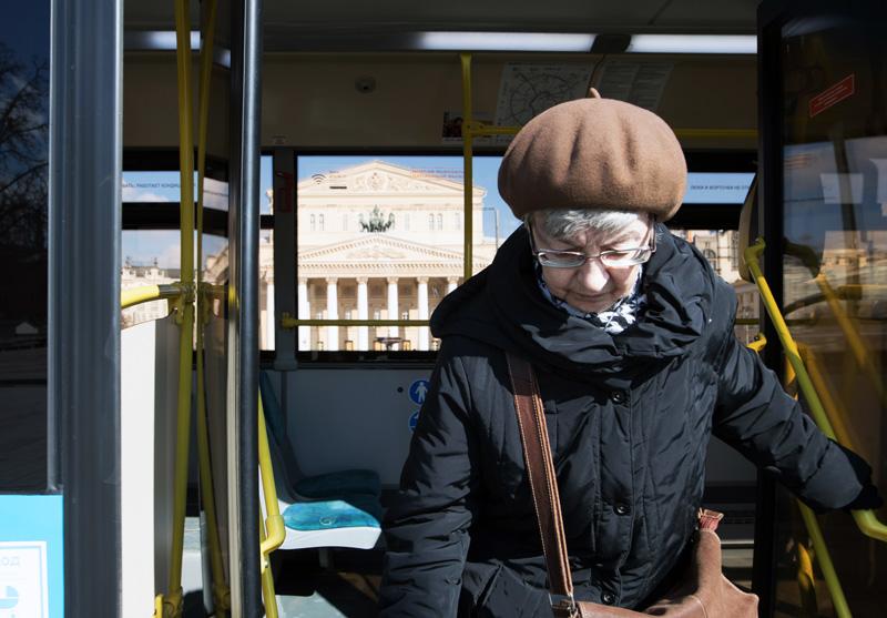 Пенсионерка выходит из автобуса