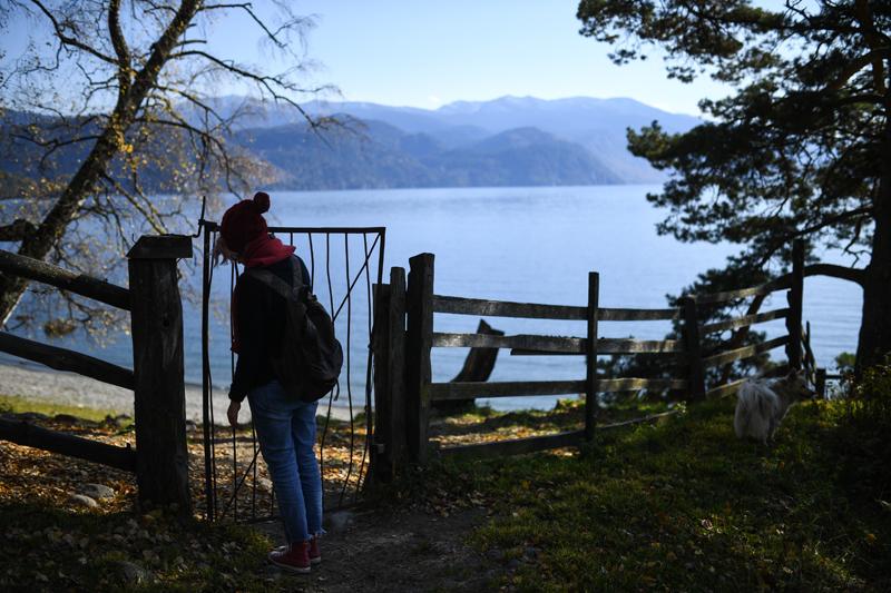 Турист на берегу Телецкого озера