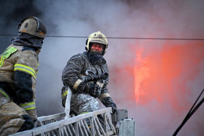 Сотрудники МЧС России во время тушения пожара