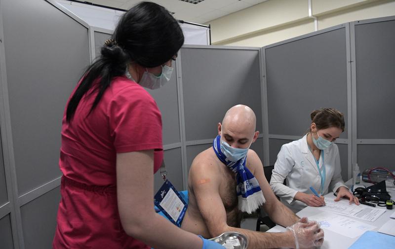 """Болельщик """"Зенита"""" вакцинируется от COVID-19 в мобильном пункте вакцинации"""