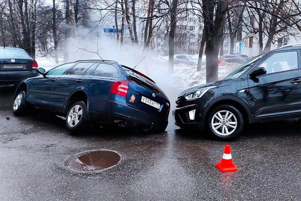 Автомобили провалились под асфальт