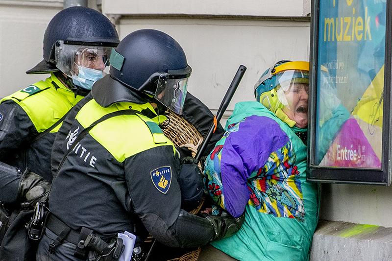 Полиция Нидерландов во время митинга