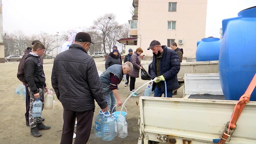 Жители набирают воду