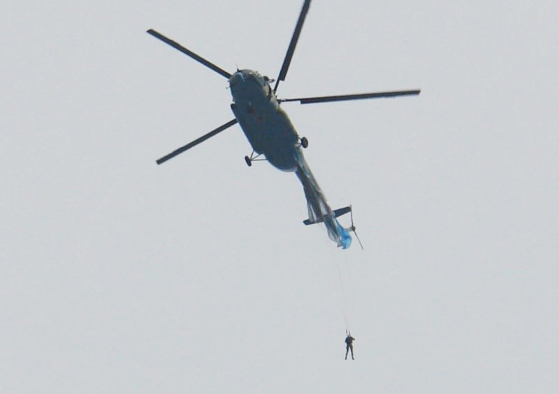 Парашютист зацепился за вертолёт в Чите