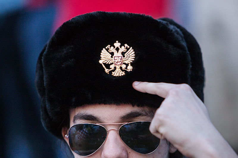 Мужчина в шапке с российской кокардой