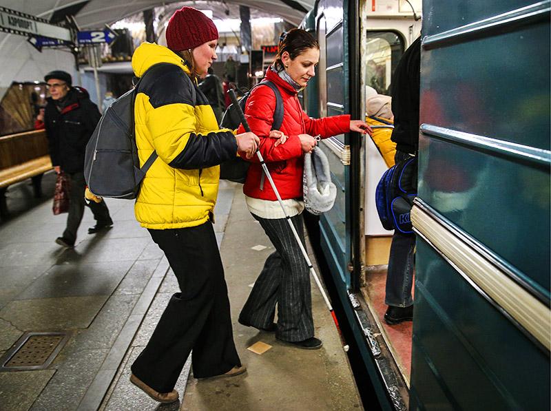 Незрячая девушка в метро