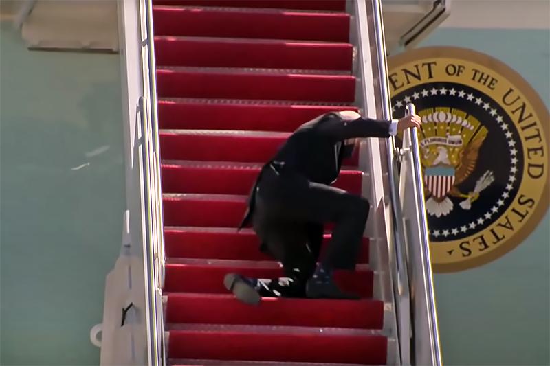 Джо Байден упал на трапе