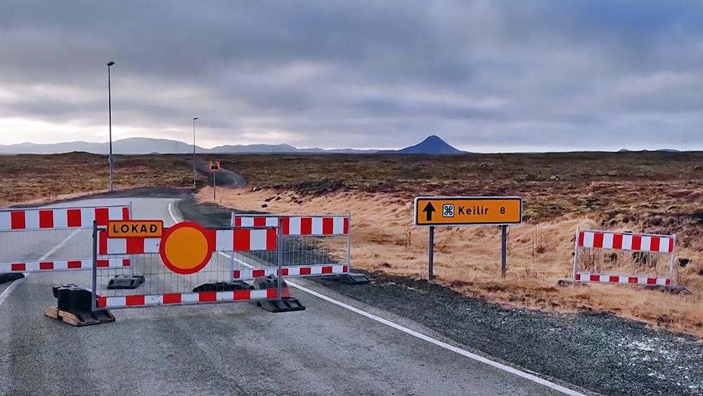 Заграждения в зоне извержения вулкана в Исландии
