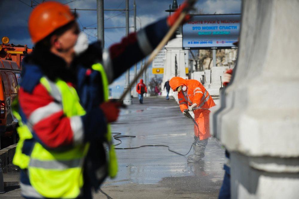 Службы ЖКХ моют улицы