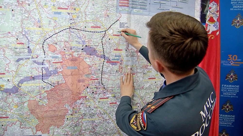 Сотрудники МЧС выделяют паводковую зоны