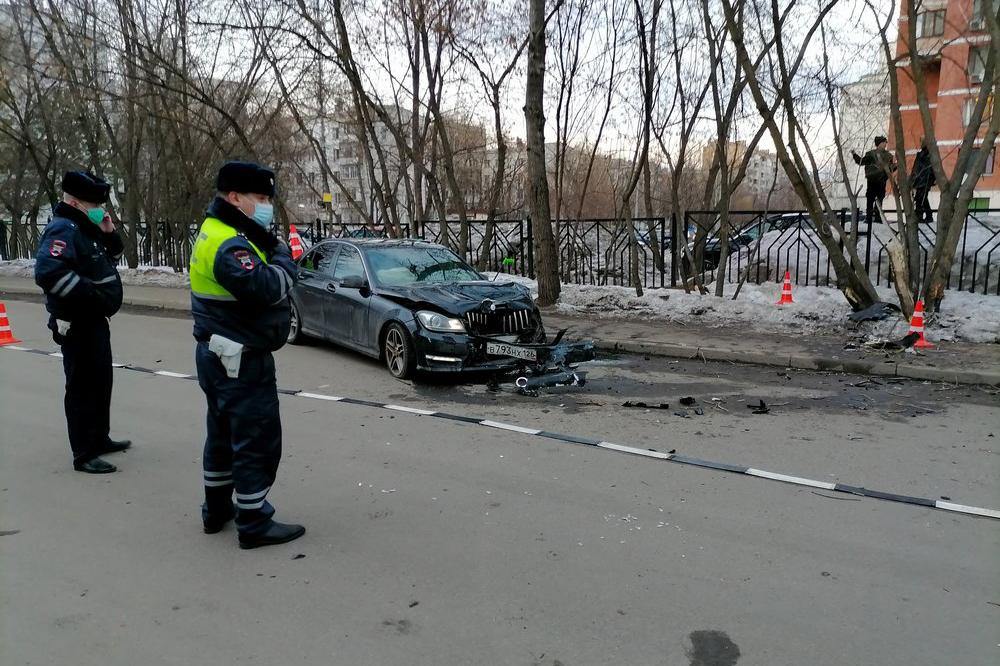 Последствия ДТП с участием автомобиля Mercedes, сбившего двух пешеходов