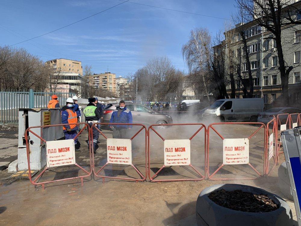Обстановка на месте утечки воды на теплосети в районе д. 3 на ул. 1-я Бородинская