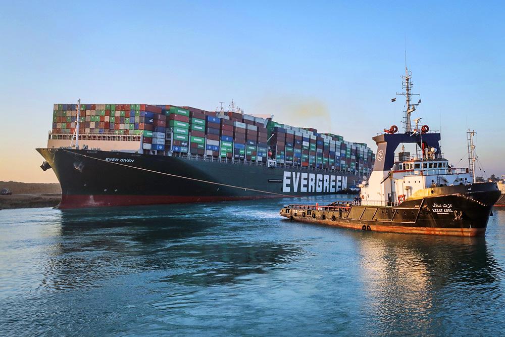 Снятие с мели в Суэцком канале контейнеровоза