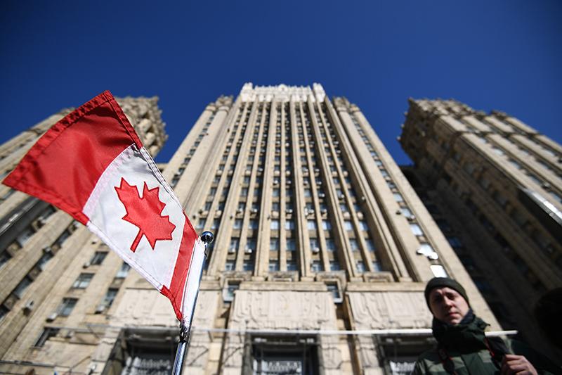 Флаг Канады на фоне здания МИД России