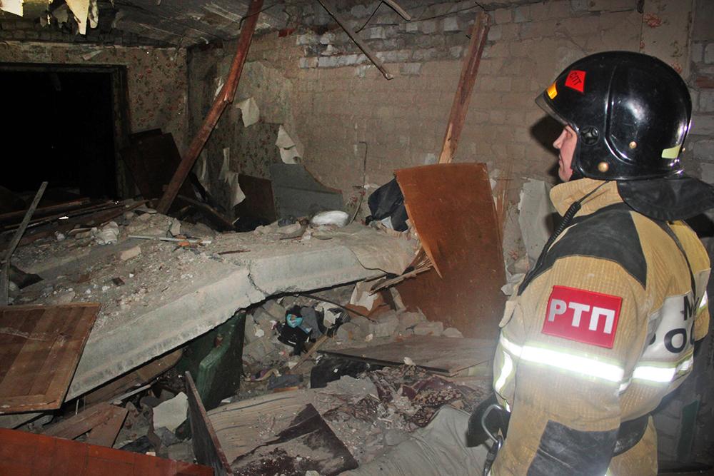 Сотрудник МЧС на месте взрыва газа