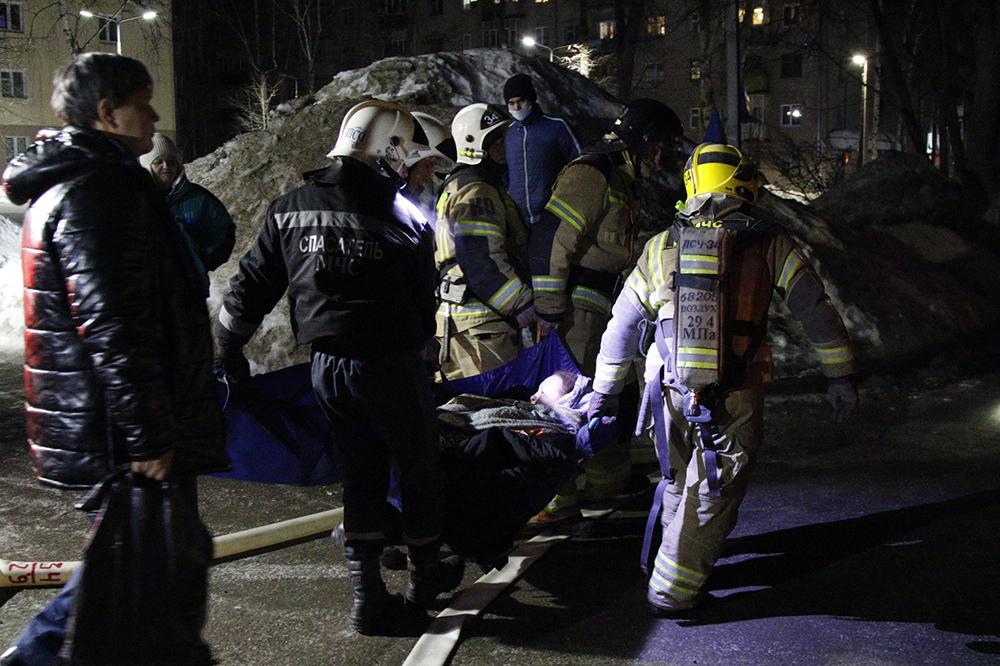 Сотрудники МЧС эвакуируют пострадавших