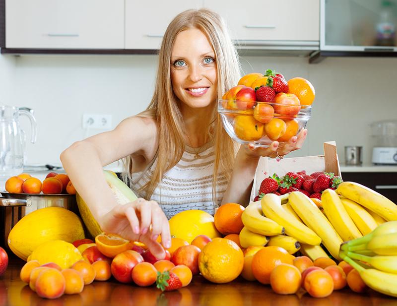 Девушка ест фрукты