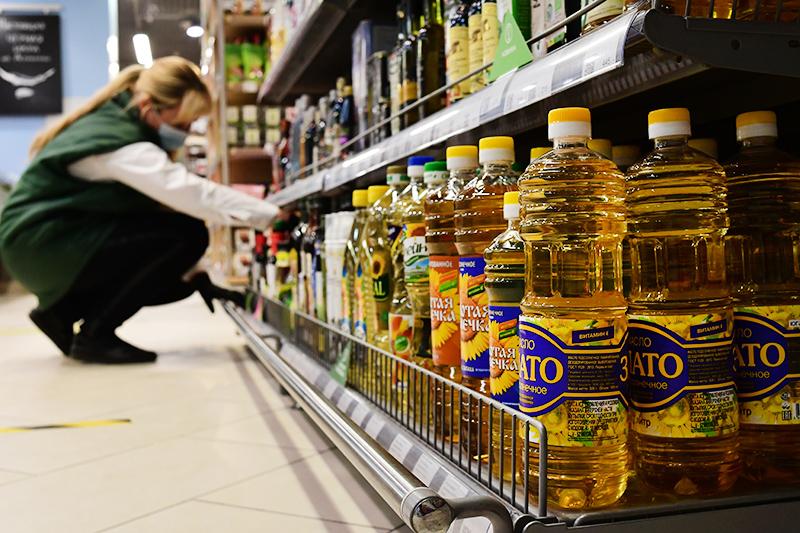 Подсолнечное масло на полке в магазине