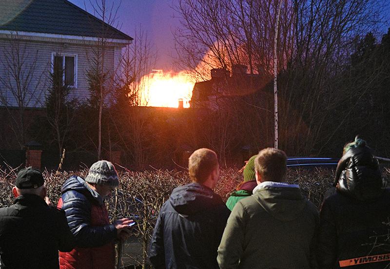 Пожар в доме пенсионера, устроившего стрельбу в Мытищах