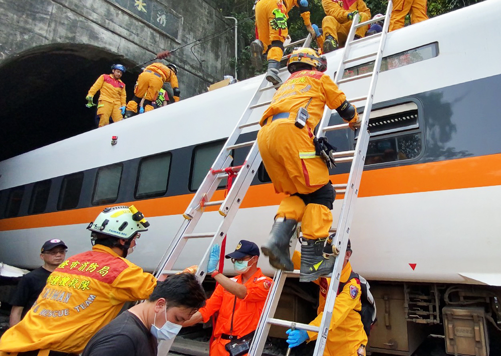 Последствия схода с рельсов поезда на Тайване