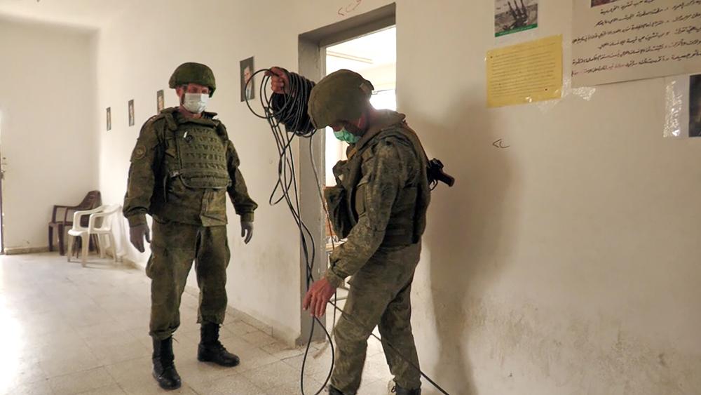 Российские военные электрифицируют в сирийскую школу