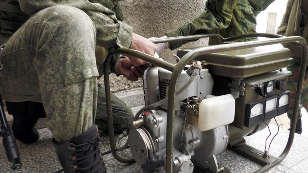 Российские военные устанавливают генератор