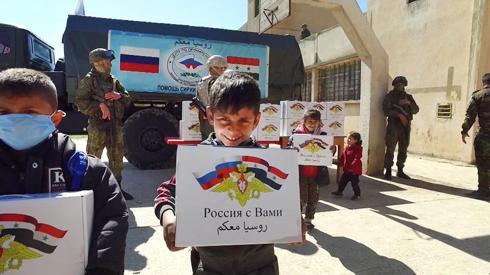 Сирийские дети с гуманитарной помощью