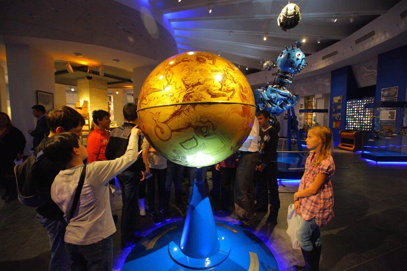 Дети на экскурсии в планетарии