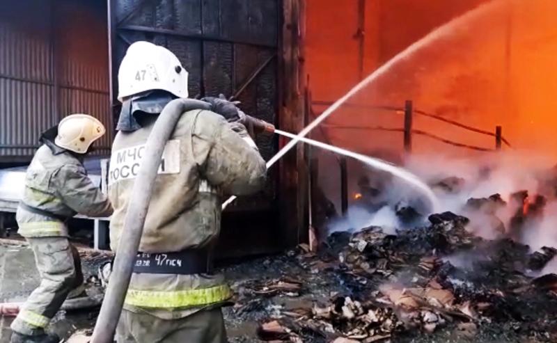 Сотрудники МЧС тушат пожар в ангаре