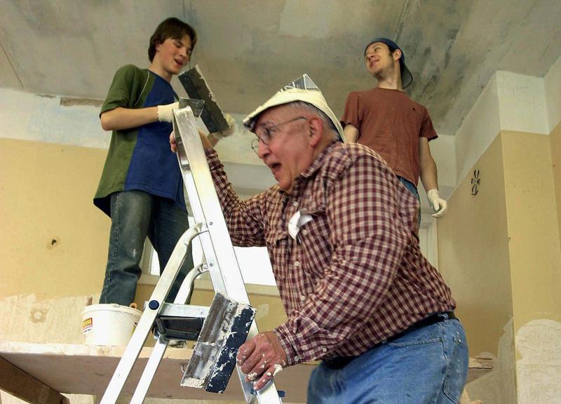 Волонтеры помогают с ремонтом