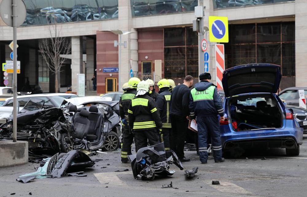 Последствия ДТП с участием пяти автомобилей на Новинском бульваре