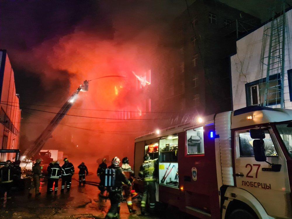 Оперативные службы на месте возгорания на складе с бытовой химией в Люберцах
