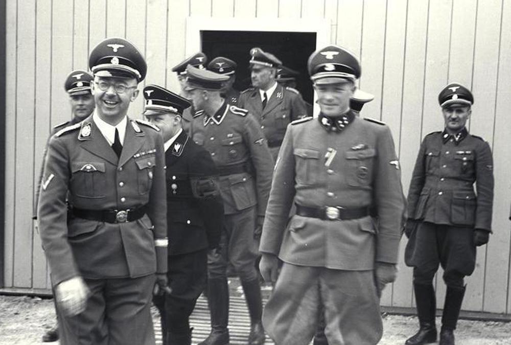 Франц Йозеф Хубер (в дверях) с Генрихом Гиммлером, Августом Эйгрубером и другими офицерами СС в концлагере Маутхаузен-Гузен, июнь 1941 г.