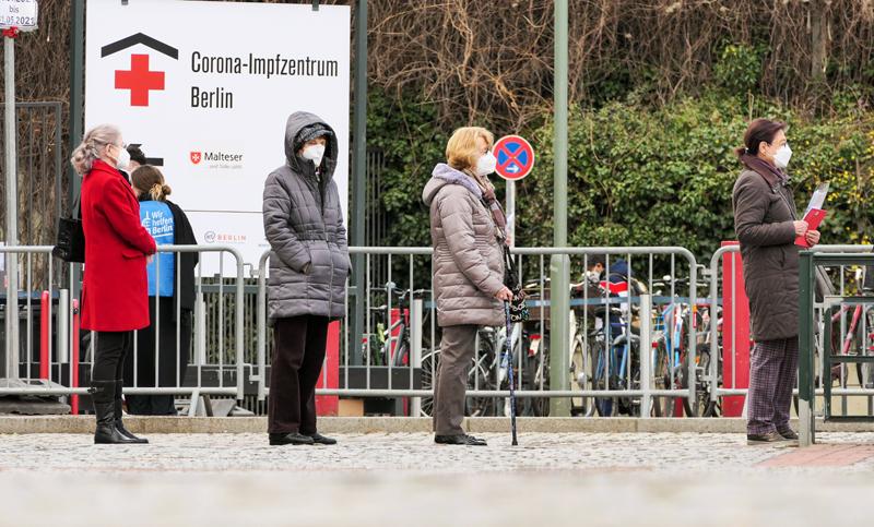 Жители Берлина в очереди на вакцинацию