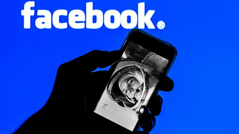 Facebook. Изображение Юрия Гагарина на экране смартфона