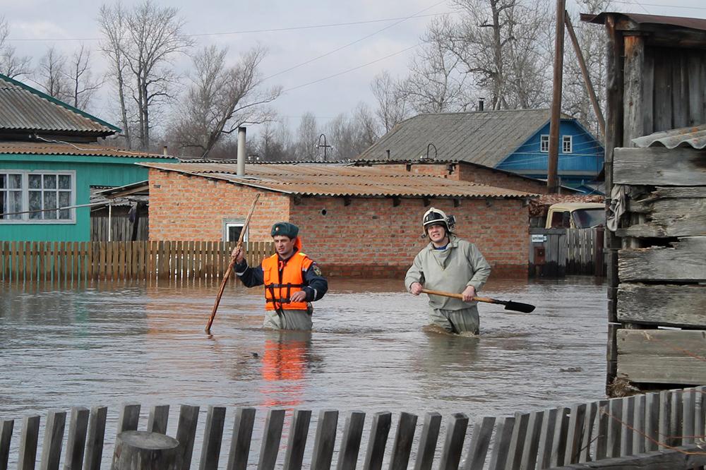 Сотрудники МЧС в зоне паводка