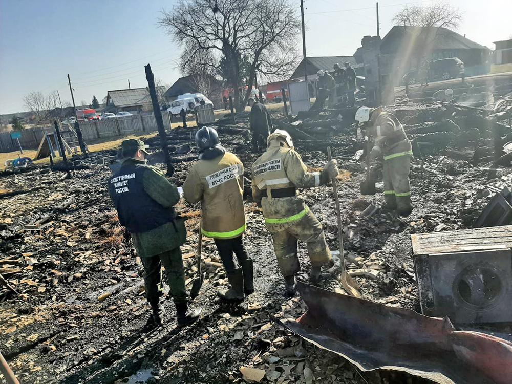 Следователи на месте сгоревшего дома под Екатеринбургом