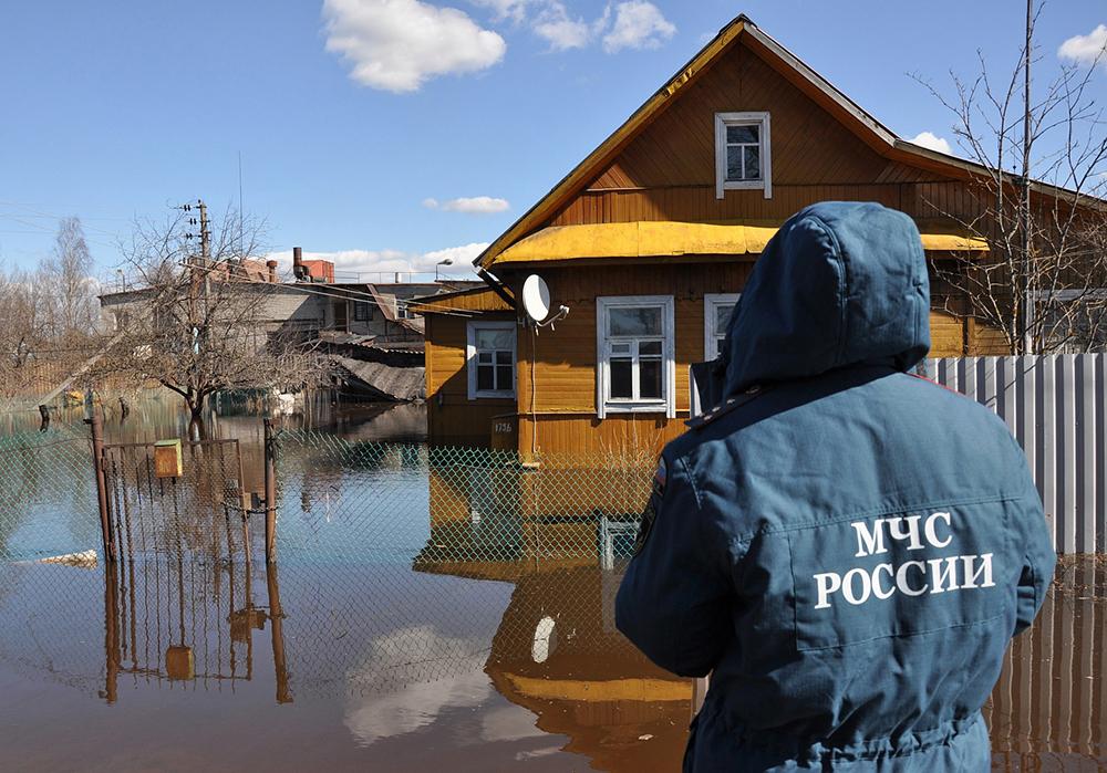 Сотрудники МЧС работают в зоне паводка