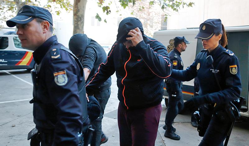 Полиция Испания ведет задержанного
