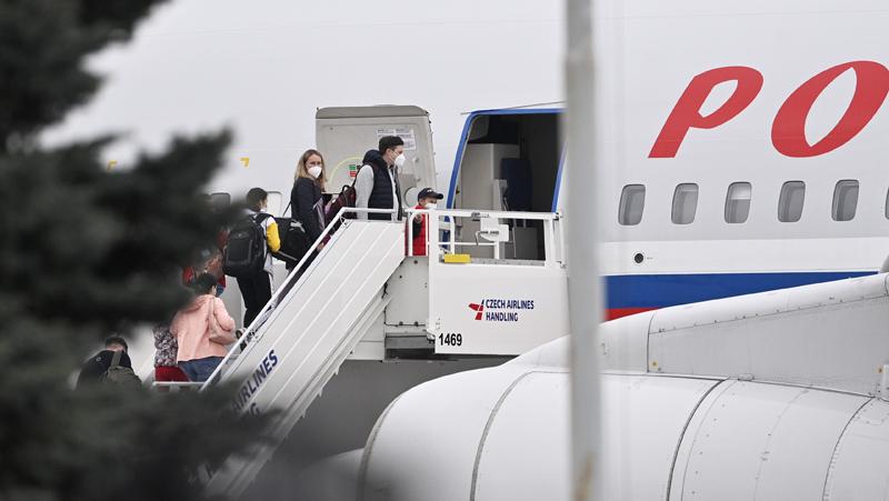 Российские дипломаты во время посадки в самолет в аэропорту Праги
