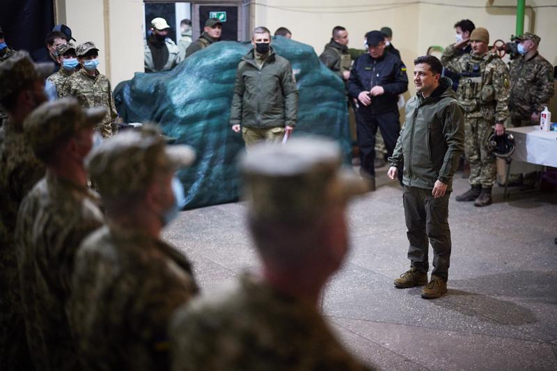 Владимир Зеленский во время общения с военными