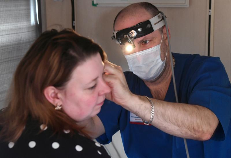 Пациент на приеме у оториноларинголога