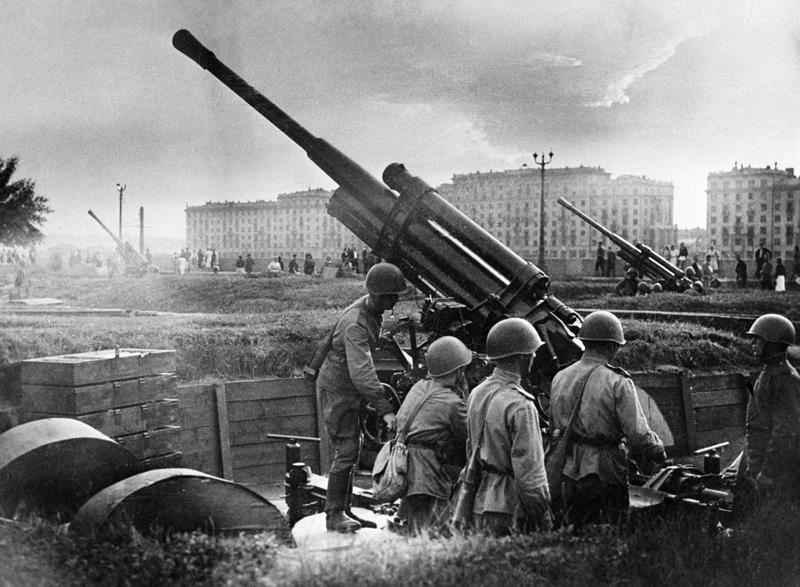 Оборона Москвы. Зенитный расчет у парка культуры и отдыха имени М. Горького