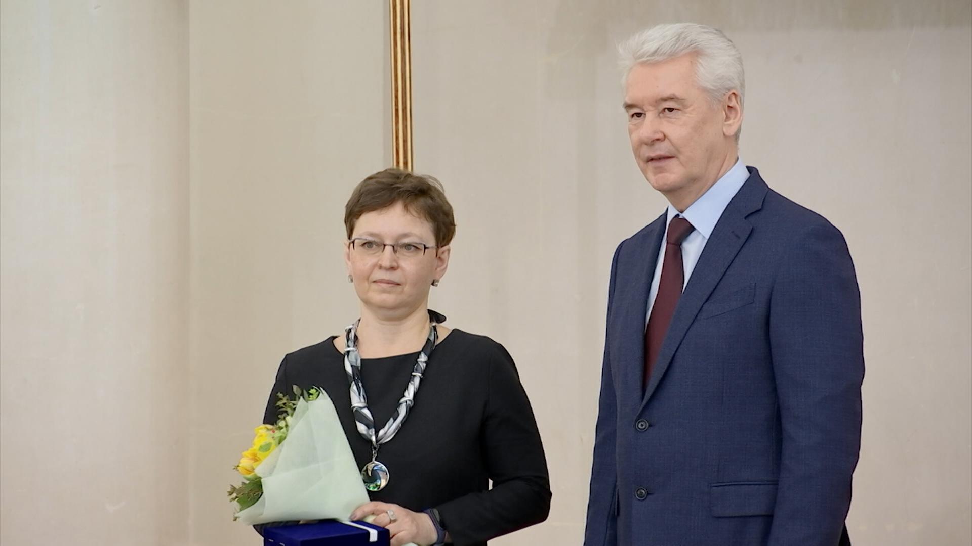 Сергей Собянин награждает учительницу Екатерину Березович