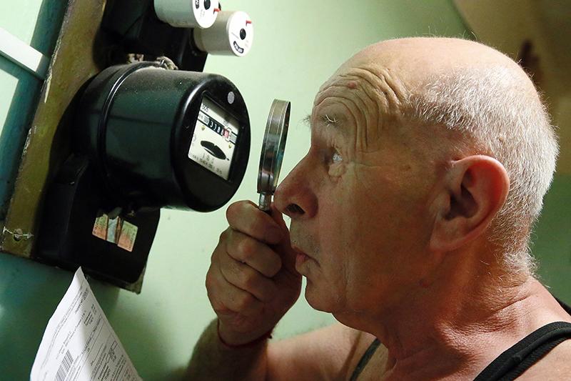 Мужчина смотрит показатели счетчика