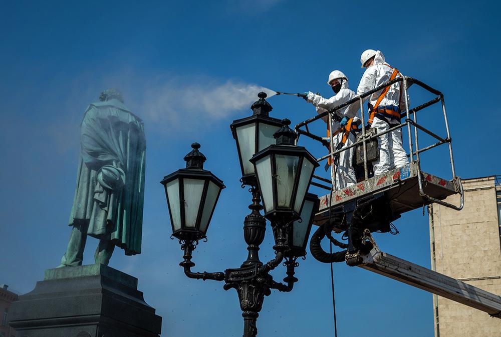 Промывка памятника Александру Пушкину