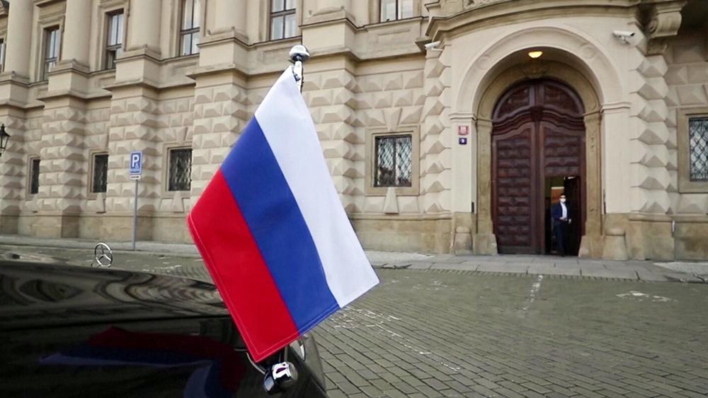Российский флаг на представительском автомобиле в Чехии