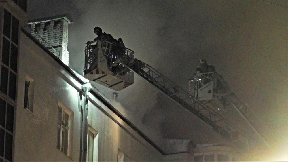 Оперативные службы на месте пожара на Пятницкой улице